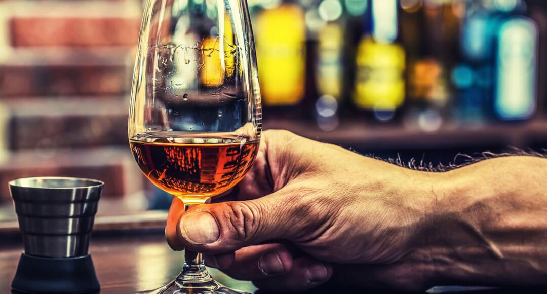 Муж пьет по ночам водку один
