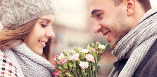 парень дарит цветы девушке