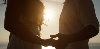 мужчина держит за руку девушку