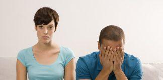 девушка сидит мужчина плачет