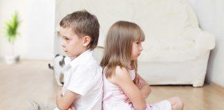мальчик и девочка сидят обиженные