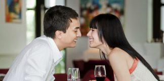 парень и девушка собираются поцеловаться