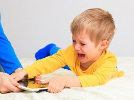 ребенок плачет и не отдает планшет