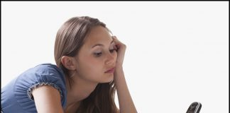 девушка ждет телефонного звонка
