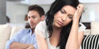 расстроенные мужчина и женщина сидят на диване
