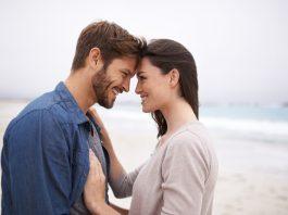 мужчина и женщина смотрят друг на друга и улыбаются