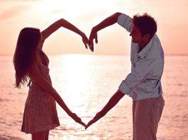 парень и девушка составили из рук сердце