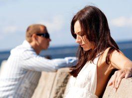 парень и девушка стоят и смотрят в разные стороны