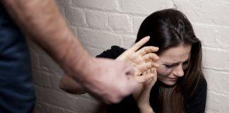 девушка укрывается от удара парня