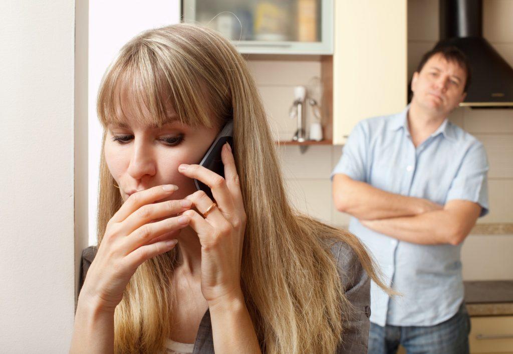Трахает и жену по телефону порно видео