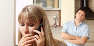 девушка говорит по телефону парень стоит за спиной