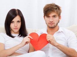 парень и девушка держат разорванное сердце