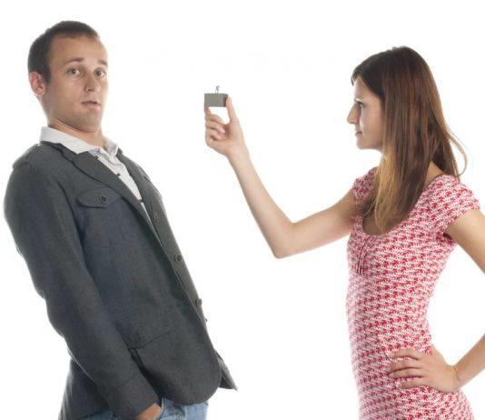 девушка предлагает парню кольцо